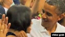 奧巴馬在觀眾鼓勵下親吻夫人