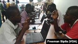 Ce lundi, des opérations d'identification des ex-combattants au Pk5 dans le 3e arrd de Bangui. VOA / Freeman Sipila
