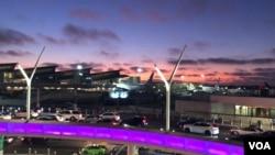2020年3月,新冠疫情导致封城之前,包卓轩在洛杉矶国际机场入关时,宣布寻求政治庇护。图为洛杉矶国际机场2019年8月24日资料照。(美国之音雨舟)