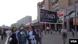 普京当局害怕颜色革命和民众示威。2012年5月普京就职总统前夕莫斯科市中心的大规模反政府示威。示威者手举抨击普京政府腐败的标语。(美国之音白桦拍摄)