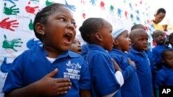 18일 넬슨 만델라 전 남아공 대통령이 입원한 병원에서, 어린이들이 95번째 생일을 축하하고 쾌유를 비는 노래를 부르고 있다.