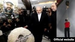 مونتاژ عکسی از سایت رسمی سازمان جوامع ایرانیان آمریکایی عکس آقای ظریف را در مراسم یادبود تروریست کشته شده حزب الله لبنان نشان می دهد