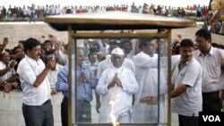 Anna Hazare (tengah) berdoa di monumen peringatan Mahatma Gandhi di Rajghat, New Delhi (19/8).