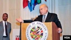 El secretario general de la OEA, José Miguel Insulza presentó un informe verbal sobre su viaje a Ecuador tras la crisis.