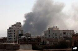 سعودی اتحاد کے طیاروں کی بمباری کے بعد صںعا سے دھوئیں کے بادل اٹھ رہے ہیں۔ فائل فوٹو