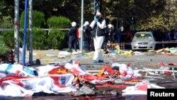 土耳其警方法医专家在10月10日安卡拉爆炸现场进行侦查。(2015年10月10日)