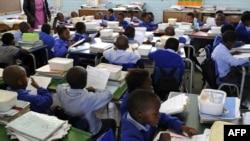 Des élèves d'une école primaire à Soweto en Afrique du Sud en novembre 2009 (AFP)