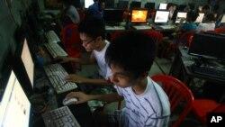 Dua orang pelajar Vietnam mengakses akun facebook dari internet cafe dekat asrama mereka saat kesulitan mengakses dari telepon genggam mereka akibat firewall, 27 September 2012. (Foto: dok).