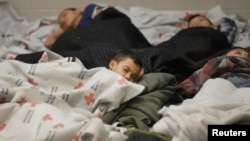 Los niños y jóvenes detenidos en la frontera permanecen en custodia de las autoridades de inmigración en Brownsville y Nogales, Arizona mientras procesan sus traslados a albergues.