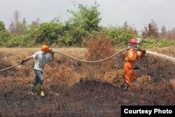 Upaya pemadaman api di wilayah Kabupaten Pulang Pisau, Kalimantan Tengah. (Foto courtesy: SOB)