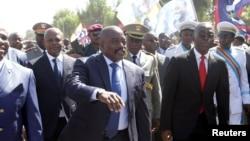 Le président Joseph Kabila, au centre, accompagné des membres son gouvernement, salue ses partisans à son arrivée à l'aéroport de Lubumbashi, la capitale de l'ex-province du Katanga, RDC, 13 juin 2016.