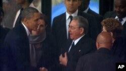美國總統奧巴馬與古巴總統勞爾卡斯特羅握手