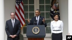Tổng thống Hoa Kỳ Barack Obama bổ nhiệm cố vấn kinh tế Michael Froman (trái) làm tân Ðại diện Thương mại và nữ doanh gia Penny Pritzker làm Bộ trưởng Thương mại. (AP Photo/Charles Dharapak)