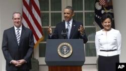 El presidente Barack Obama habla en la rosaleda junto a los nominados Penny Pritzker, como nueva Secretaria de Comercio, y Michael Froman como Representante de Comercio.