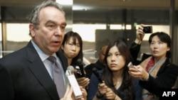 Trợ lý Ngoại trưởng Hoa Kỳ Kurt Campbell nói chuyện với các phóng viên tại phi trường Quốc tế Narita, Nhật Bản, ngày 9/3/2011