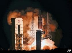 攜帶帕克太陽探測器的三角洲四號火箭於2018年8月12日在佛羅里達州卡納維拉爾角的肯尼迪航天中心37號發射場升空。