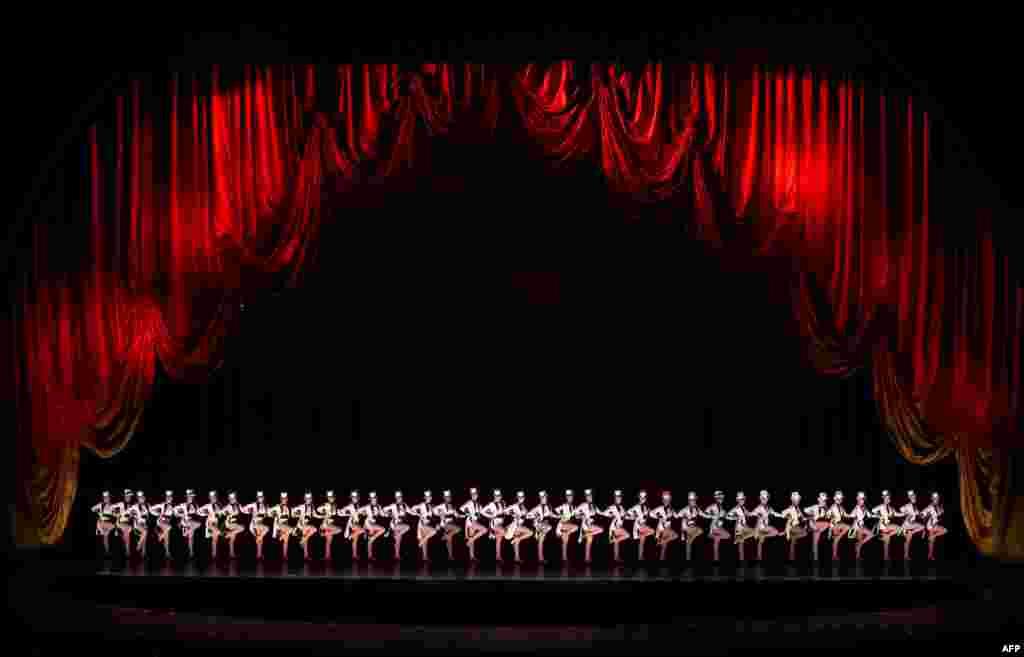 ក្រុមសម្តែង Radio City Rockettes ធ្វើការសម្តែងមួយឈ្មោះថា «Finale» ក្នុងកម្មវិធី New York Spectacular ឆ្នាំ២០១៦ នៅសាល Radio City Music Hall នៅក្រុងញូវយ៉ក កាលពីថ្ងៃទី០៦ ខែកក្កដា ឆ្នាំ២០១៦។ ការសម្តែងនោះនឹងត្រូវធ្វើឡើងរហូតដល់ថ្ងៃទី០៧ ខែសីហា ឆ្នាំ២០១៦។