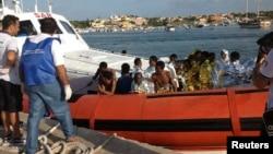 3일 이탈리아 람페두사섬 인근 해역에서 난민 500명을 태운 선박이 침몰한 가운데, 구조된 난민들이 해경선에 오르고 있다.