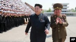 김정은 북한 국방위원회 제1위원장이 인민군 제5차 훈련일꾼대회 참가자들과 기념사진을 찍었다고 조선중앙통신이 지난달 1일 보도했다. (자료사진)