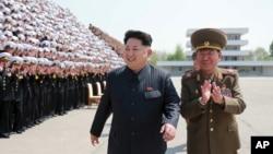 김정은 북한 국방위원회 제1위원장이 인민군 제5차 훈련일꾼대회 참가자들과 기념사진을 찍었다고 조선중앙통신이 1일 보도했다. 촬영 날짜는 최근이라고 밝혔다. (자료사진)