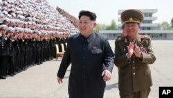 김정은 북한 국방위원회 제1위원장이 인민군 제5차 훈련일꾼대회 참가자들과 기념사진을 찍었다고 조선중앙통신이 지난 5월일 보도했다. 촬영 날짜는 최근이라고 밝혔다. (자료사진)