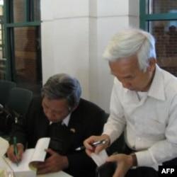 Nhà biên khảo Phạm Trần Anh ký tặng sách