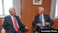 彭斯2018年11月17日与台湾总统蔡英文的APEC领袖代表张忠谋会面(台湾外交部照片)