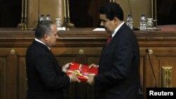Con la Constitución en mano, Nicolás Maduro se presentó ante la Asamblea Nacional para presentar el informe de gestión del gobierno.