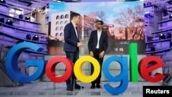 ຜູ້ບໍລິຫານ Google ທ່ານຊັນດາຣ ປີໃຈ (ຂວາ) ແລະທ່ານຟິລິບ ເຈິສເຕີສ ຮອງຜູ້ບໍລິຫານ Google ທີ່ນະຄອນເບີລິນ ວັນທີ 22 ມັງກອນ 2019.