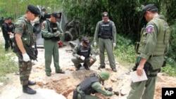 泰國軍方檢查出事現場。