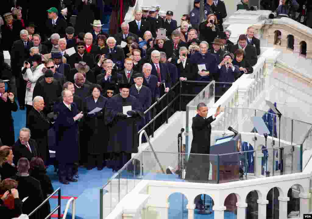 President Barack Obama waves to the crowd before his Inauguration Day speech, January 21, 2013. (Alison Klein/VOA)