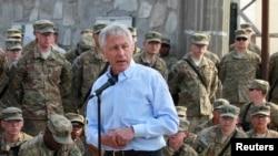 哈格尔3月9日在阿富汗会见美军官兵