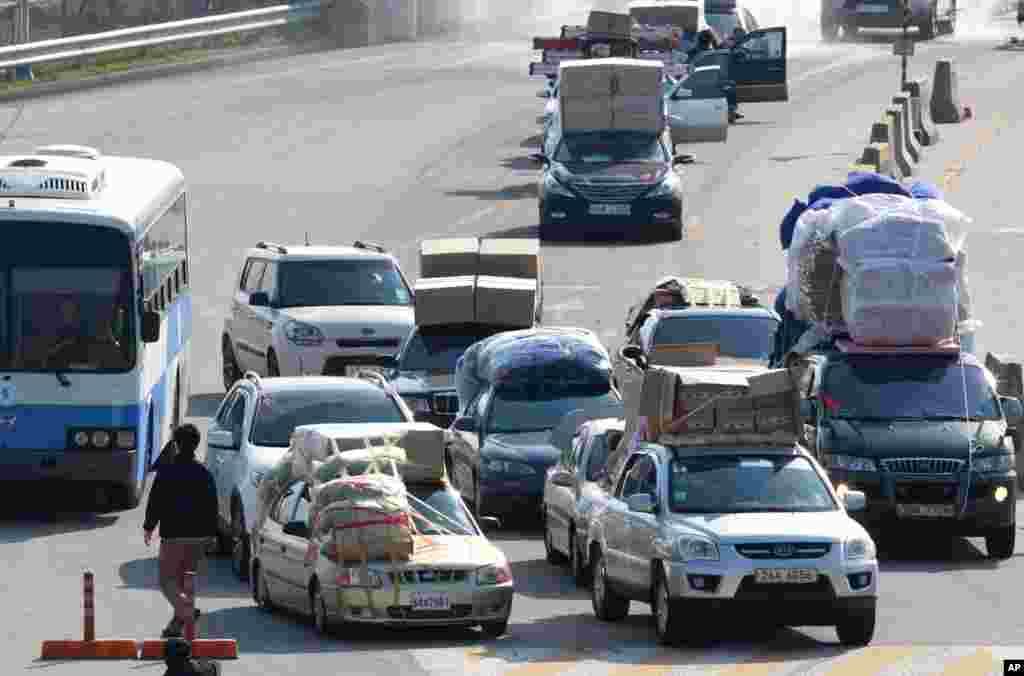 2013年4月27日,满载货物的韩国车辆从开城工业区抵达韩国坡州板门店边界村附近的海关移民与检疫办事处。