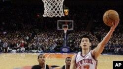 林书豪2月15日在纽约的比赛中上篮