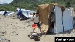 지난 13일 북한 평안남도 성천군에서 홍수로 집을 잃고 천막에서 지내는 주민. (자료사진)