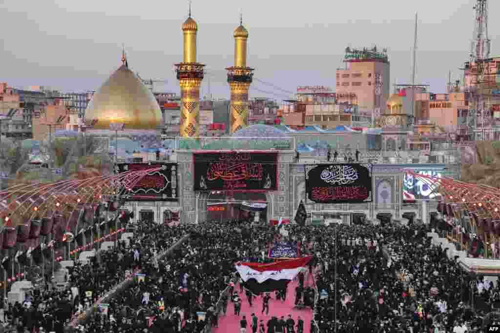 عراق کے شہر کربلا میں امام عباس کے مزار پر بڑی تعداد میں زائرین جمع ہوئے۔