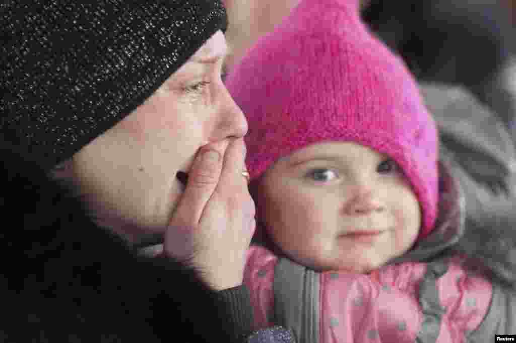 زن گريانی با در آغوش گرفتن فرزندش در اتوبوسی ايستاده که منتظر فرار از درگيریهای نظامی در دبالتسف است - سهشنبه ۱۴ بهمن ۱۳۹۳ (۳ فوريه ۲۰۱۵)