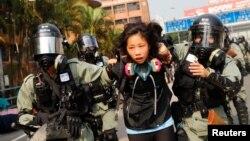 Një studente e arrestuar ndërsa përpiqej t'i largohej kampusit universitar, 18 nëntor 2019
