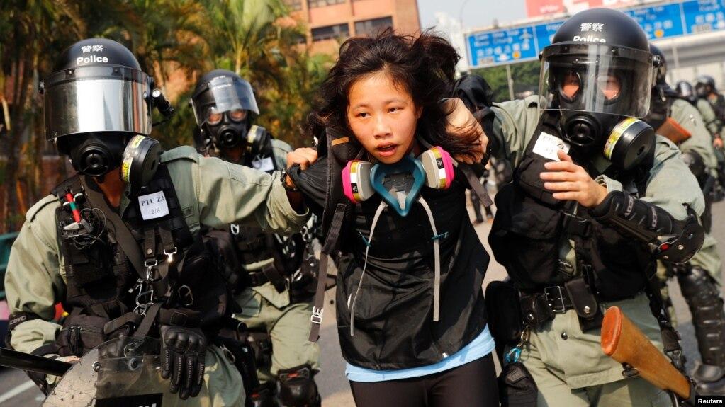 Một người biểu tình bị cảnh sát bắt hôm 18/11.