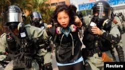 Một sinh viên bị cảnh sát bắt hôm 18/11 khi tìm cách rời Đại học Bách khoa Hong Kong.