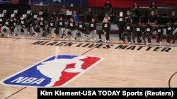 Klečanje igrača NBA pred utakmicu u znak podrške borbi protiv rasne nejednakosti i policijske brutalnsti