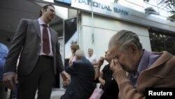 Парите во банки, банките под клуч: банкарски службеник во Солун им ја објаснува ситуацијата на пензионерите