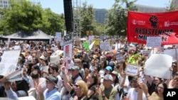 洛杉矶的民众抗议家庭分离政策。2018年6月30日。(资料图)