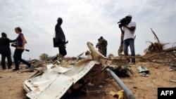 Des journalistes regardent les débris de l'avion Air Algerie vol AH 5017 au Mali, à l'ouest de Gao, 26 juillet 2014.