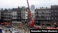 Tim penyelamat turun tangan di lokasi rumah yang runtuh di pusat kota Liege. Lima pekerja bangunan dinyatakan tewas Sabtu (19/6), sehari setelah sebuah sekolah yang sedang dibangun, ambruk sebagian di kota Antwerp. (Foto: REUTERS/Sebastien Pirlet)