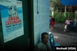 Sebuah poster imbauan menghindari politik uang di rumah salah seorang warga di Yogyakarta. (Foto:VOA/Nurhadi)