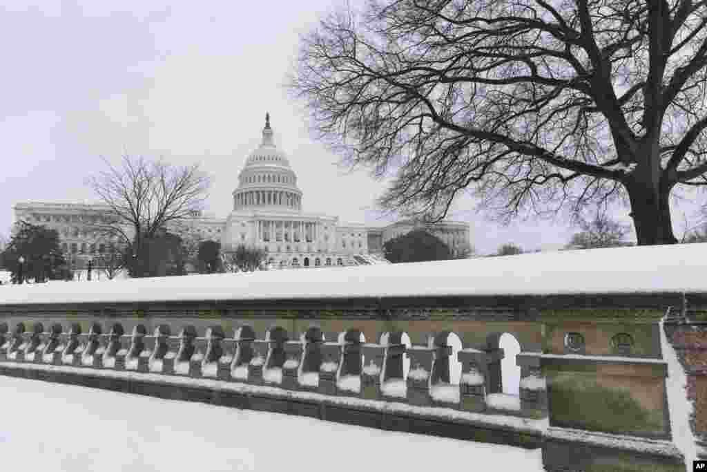 Chính phủ liên bang đóng cửa cùng với mấy mươi chính quyền địa phương và các học khu trong khu vực thủ đô Washington.
