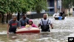 Cư dân phải sơ tán khỏi các khu chung cư bị ngập vì nước lũ ở Houston, Texas, ngày 18/4/2016.