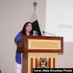 لاہور کالج فار ومن یونیورسٹی کی وائس چانسلر پروفیسر ڈاکٹر فرخندہ منظور، گلوبل انکیوبیشن پروگرام کی افتتاحی تقریب میں تقریر کر رہی ہیں۔