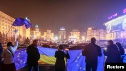 Demonstranti sa zastavama Ukrajine i Evropske unije protestuju protiv odluke vlade da odustane od zaključenja sporazuma sa EU, Kijev, 21. novembar 2013.